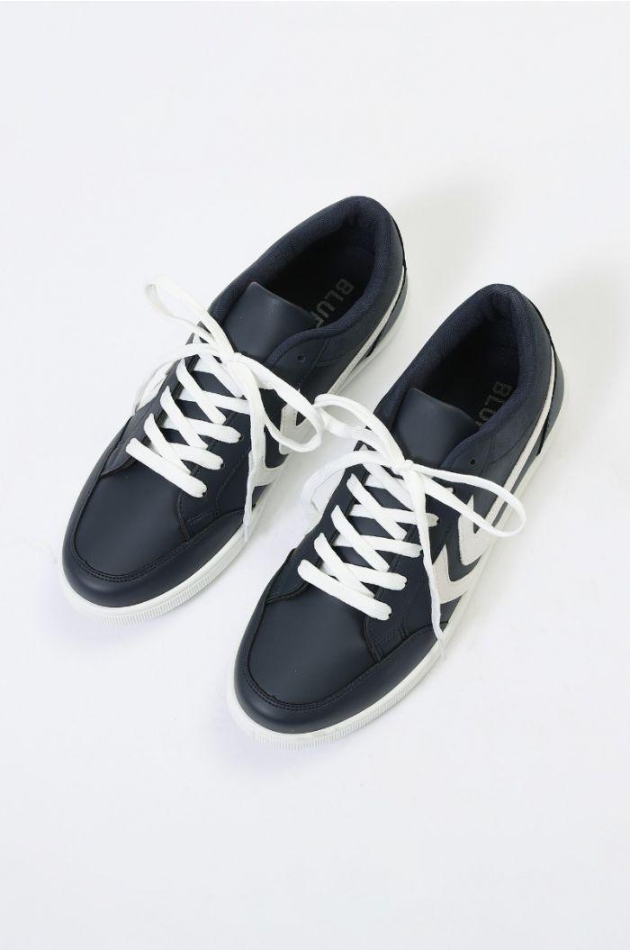 حذاء رياضي بتفاصيل خطوط