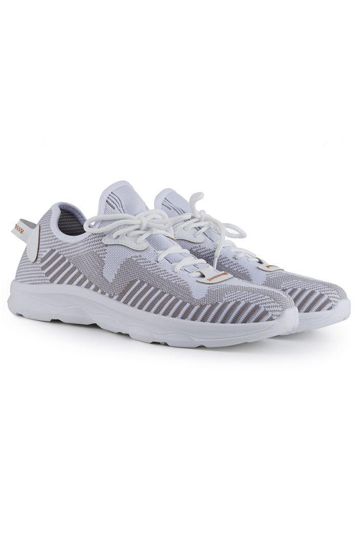 حذاء رياضي بتفاصيل خطوط متباينة الألوان