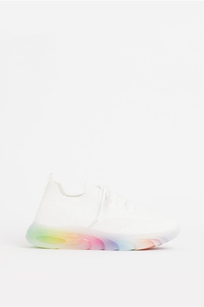 Casual sneakers with colored sole